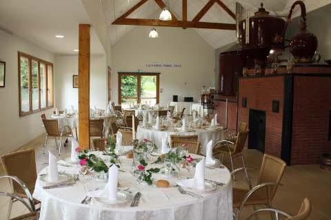 Une salle de réception au sein de la distillerie Pierre Huet située en plein coeur du pays d'auge non loin de la côte fleurie